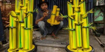 Perajin menyelesaikan pembuatan kerajinan air mancur dari paralon bekas di Abah Matul, Tapos, Depok, Jawa Barat, Kamis (1/4/2021). Pemerintah memastikan akan melanjutkan program Bantuan Langsung Tunai (BLT) untuk Usaha Mikro, Kecil, dan menengah. FOTO/Asprilla Dwi Adha
