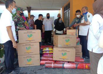 Dinas Sosial Saat memberikan Bantuan kepada Korban Kebakaran yang ada di Kelurahan Tamalate, Kecamatan Kota Timur, Kota Gorontalo. Rabu (21/4)