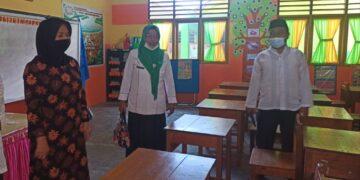 Sekda Kabupaten Gorontalo, Hadijah U. Tayeb, ketika meninjau salah satu Sekolah. (Foto : Istimewa)