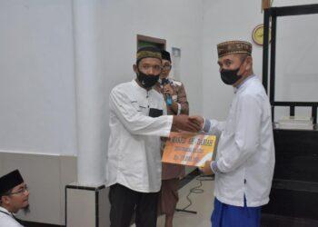 Bupati Pohuwato, Saipul Mbuinga, menyerahkan dana hibah kepada pengurus Masjid Nur Ahdaniyah. (Foto : Istimewa)