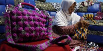 Perajin wanita membuat tas berbahan tali kur di Solo, Jawa Tengah, Jumat (16/4/2021). ANTARA FOTO/Maulana Surya