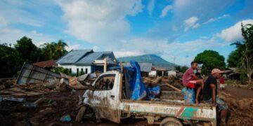 Sejumlah warga duduk di atas mobil yang rusak akibat banjir bandang di Adonara Timur, Kabupaten Flores Timur, Nusa Tenggara Timur. ANTARA FOTO/Aditya Pradana Putra