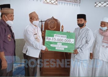 Indra Yasin menyerahkan Voucher pembangunan Masjid Jami di Kwandang, sebesar Rp 15 Juta. (Foto : Istimewa)