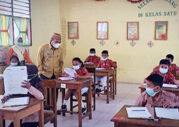 Kepala Dinas Pendidikan Gorontalo Utara, Irwan Usman, memantau salah satu Sekolah yang melaksanakan ujian semester. (Foto : Istimewa)