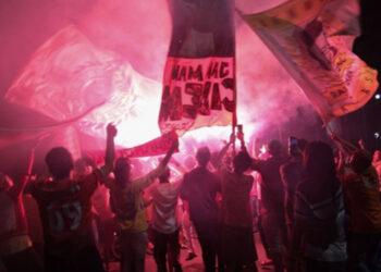 Suporter Persija Jakarta berkerumun di Bundaran Hotel Indonesia di Jakarta setelah tim Macan Kemayoran menjadi juara Piala Menpora di final mengalahkan Persib Bandung pada Minggu (25/4/2021)./Antara - Ahmad Tri Hawaari