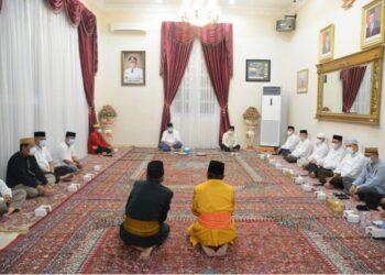 Suasana adat Tonggeyamo yang dilaksanakan oleh Pemprov Gorontalo untuk menetapkan 1 Syawal 1442 Hijriah atau Hari Raya Idul Fitri, bertempat di rumah jabatan gubernur, Selasa malam, (11/5/2021). (Foto – Salman)