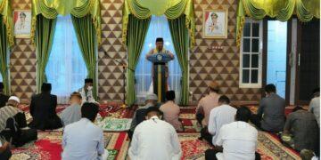 Wagub Gorontalo H. Idris Rahim bertindak sebagai khatib pada Salat Idulfitri 1442 Hijriah di aula rumah jabatan Wagub Gorontalo, Kamis (13/5/2021). (Foto : Haris)