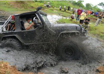 Gubernur Gorontalo Rusli Habibie saat mencicipi lintasan tepi sungai Bulango, Kecamatan Tapa, Kabupaten Bone Bolango, Minggu (16/5/2021). Offroad kali ini sebagai ajang persiapan Kejuaraan Nasional (Kejurnas) Offroad yang rencananya akan digelar di Gorontalo pada Juni mendatang.  (Foto – Isam)