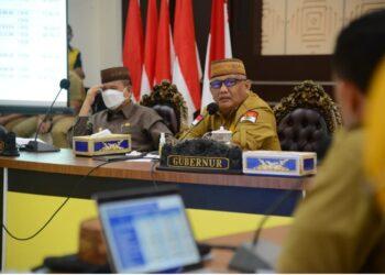 Gubernur Gorontalo Rusli Habibie bersama Wakil Gubernur Gorontalo Idris Rahim saat memimpin rapat koordinasi dan evaluasi (rakorev) penyerapan anggaran APBD dan APBN tahun anggaran 2021, di aula Rumah Jabatan Gubernur, Senin (17/5/2021). (Foto-Alfred)
