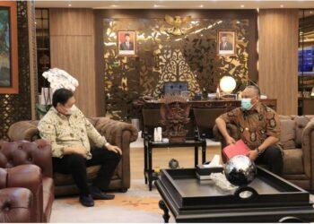 Gubernur Gorontalo Rusli Habibie (kanan) saat bertamu di kantor Menko Perekonomian Airlangga Hartarto di Jakarta, Rabu (19/5/2021). Salah satu poin bahasan bersama Ketua Umum Partai Golkar itu mengenai percepatan program PEN tahun 2021. (Foto: Dzakir-BPPG).