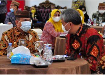 Wagub Gorontalo H. Idris Rahim (kiri) berbincang dengan Deputi Kepala BPKP Bidang Pengawasan Instansi Pemerintah Bidang Perekonomian dan Kemaritiman, Salamat Simanullang, pada Rakor Pengawasan Intern Keuangan dan Pembangunan tingkat Provinsi Gorontalo yang berlangsung di aula rumah jabatan Gubernur Gorontalo, Jumat (21/5/2021). (Foto : Haris)
