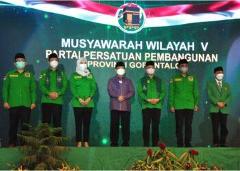 Foto bersama Wagub Gorontalo H. Idris Rahim (tengah) dengan Ketua Umum PPP Suharso Monoarfa (ketiga kanan) dan jajaran pengurus DPP PPP serta Ketua DPW PPP Provinsi Gorontalo pada Muswil V PPP Provinsi Gorontalo di Hotel Maqna, Kota Gorontalo, Sabtu (22/5/2021). (Foto : Haris)