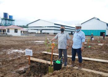 Wakil Gubernur Gorontalo Idris Rahim saat meninjau langsung Pabrik biomasa woodpelet kayu milik perusahaan PT Inti Global Grup yang saat ini masih dalam proses pengerjaan di Desa Milangodaa, Kabupaten Pohuwato, Selasa (25/5/2021). Foto – Nova