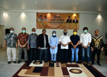 Idris Kunte (empat kiri) dan jajaran komisioner KID foto bersama dengan pejabat Diskominfotik Provinsi Gorontalo dan Kadis Kominfo Gorontalo Utara.