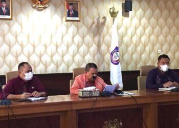 Wakil Gubernur Gorontalo Idris Rahim (Tengah) saat mengikuti Rapat Koordinasi yang dilaksanakan secara virtual di Ruang Huyula Gubernuran, Kamis (27/5/2021). (Foto : Mila)