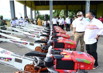 Gubernur Gorontalo Rusli Habibie didampingi Kadis Pertanian Muljady Mario saat melihat dari dekat bantuan alat mesin pertanian yang dialokasikan untuk Gorontalo, akhir Desember 2020 lalu.