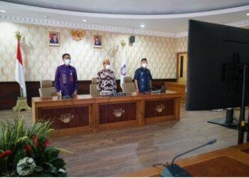 Sekretaris Daerah Provinsi Gorontalo (tengah) didampingi Inspektur dan Staf Khusus Gubernur saat mengikuti rapat koordinasi nasional pengawasan intern pemerintah tahun 2021 secara virtual  melalui video conference di ruang Huyula kantor gubernuran, Kamis (27/5/2021). (Foto: Nova-IKP)