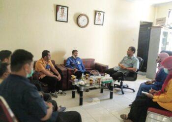 Dinas Komunikasi, Informatika dan Statistik (Diskominfotik) Provinsi Gorontalo dan Badan Pendidikan dan Pelatihan (Diklat) Provinsi Gorontalo saat melakukan pertemuan dan koordinasi untuk membahas peluang dilaksanakannya pendidikan dan pelatihan (diklat) Persandian di Provinsi Gorontalo, Kamis (27/5/21).