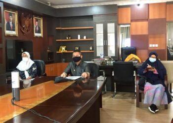 Wakil Gubernur Gorontalo Idris Rahim (tengah) saat mengikuti rakor pembahasan penyelenggaraan perizinan berusaha di daerah dan sistem OSS, secara virtual di ruang kerja wagub, Jumat (28/5/2021). (Foto: Mila-IKP)