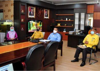 Wagub Gorontalo H. Idris Rahim (kedua kanan), mengikuti dialog publik yang membahas tentang peluang dan masalah pajak rokok daerah yang digelar oleh Direktorat Jenderal Pencegahan dan Pengendalian Penyakit Tidak Menular Kementerian Kesehatan RI secara virtual di ruang kerja Wagub Gorontalo, Kamis (29/4/2021). (Foto : Haris)
