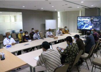 Gubernur Gorontalo Rusli Habibie (kiri) bersama jajaran pemerintah provinsi saat mengikuti rapat Koordinasi, Supervisi dan Pencegahan (Korsupgah) KPK di Jakarta, Kamis (29/4/2020). Hasil Monitoring dan Preventif (MCP) 7 dari 8 area intervensi Gorontalo berada di angka 82,10 persen. (Foto: Dzakir-BPPG).