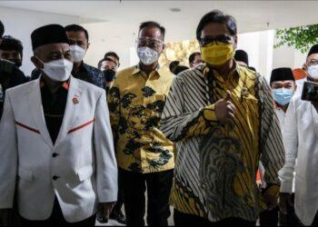 Ketua Umum Partai Golkar Airlangga Hartanto menyambut kedatangan Presiden Partai Keadilan Sejahtera (PKS) Ahmad Syaikhu saat pertemuan di DPP Partai Golkar, Jakarta, Kamis (29/4/2021). (Liputan6.com/Johan Tallo)
