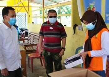 Wagub Gorontalo H. Idris Rahim (tengah) mengecek kesiapan posko perbatasan Gorontalo – Sulawesi Utara di Kecamatan Atinggola, Kabupaten Gorontalo Utara, Sabtu (1/5/2021). (Foto : Haris)