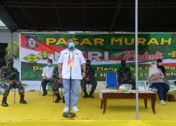 Gubernur Gorontalo Rusli Habibie saat memberikan sambutan pada pelaksanaan pasar murah di markas Komando Resort Militer (Korem) 133/Nani Wartabone, Kecamatan Pulubala Kabupaten Gorontalo, Minggu (2/5/2021). (Foto – Salman)