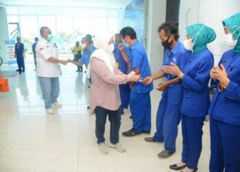 Puluhan porter di bandara Djalaluddin Gorontalo saat menerima jakati atau pemberian sedekah dari Gubernur Gorontalo Rusli Habibie dan istrinya Idah Syahidah. Sedekah ini diserahkan Rusli dan Idah saat tiba tadi Minggu (2/5/2021), dari Jakarta.  (Foto – Salman)