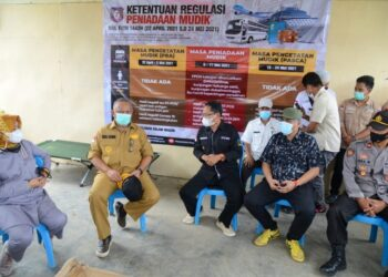 Gubernur Gorontalo Rusli Habibie didampingi istri Idah Syahidah dan pihak terkait lainya saat meninjau lokasi perbatasan darat di Kecamatan Tolinggula, Kabupaten Gorontalo Utara. (Foto – Salman)