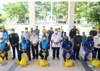 Sejumlah perwakilan buruh dan porter yang hadir untuk menerima secara simbolis bantuan pangan bersubsidi yang diserahkan langsung oleh Gubernur Gorontalo Rusli Habibie, Kamis (6/5/2021) di teras Rujab Gubernur. (Foto – Salman)