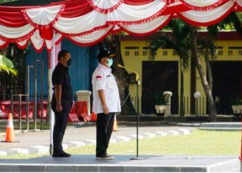 Gubernur Gorontalo Rusli Habibie saat menjadi pembina apel operasi ketupat otanaha 2021, yang dilaksanakan oleh Polda Gorontalo, di halaman Mapolda Gorontalo, Rabu (5/5/2021). Operasi ketupat ini bertujuan untuk mengamanakan pelarangan mudik lebaran tahun 2021. (Foto – Salman)