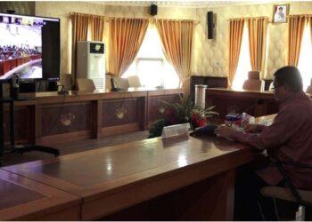 Wagub Gorontalo H. Idris Rahim memberikan sambutan pada rapat paripurna DPRD Provinsi Gorontalo dalam rangka penyampaian rekomendasi terhadap LKPJ Gubernur Gorontalo tahun 2020 yang berlangsung secara virtual di ruangan Huyula Gubernuran Gorontalo, Kamis (6/5/2021). (Foto : Fikri)