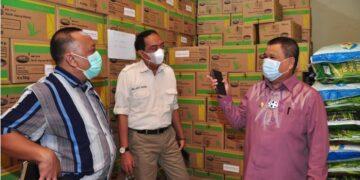 Wagub Gorontalo H. Idris Rahim (kanan) berbincang dengan pimpinan PT. Pusaka Agro Tani, sebagai salah satu perusahaan penyedia benih jagung, di Kecamatan Telaga Biru, Kabupaten Gorontalo, Kamis (6/5/2021). (Foto : Haris)