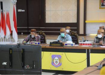 Gubernur Gorontalo Rusli Habibie saat mengikuti Rakor Pemanfaatan Bela Pengadaan untuk pencegahan korupsi, Jumat (7/5/2021). Rakor dihadiri oleh Menteri Koperasi dan UMKM Teten Masduki, Ketua KPK, LPSE dan para gubernur se Indonesia. (Foto: Salman).