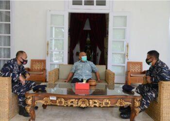 Gubernur Gorontalo Rusli Habibie (Tengah) saat ditemui Komandan Pangkalan TNI Angkatan Laut (Danlanal) Gorontalo , Letkol Laut (P) Homa Sugama (Kiri) di Rujab Gubernur, Jumat (7/5/2021). (Foto – Salman)