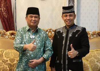 Wagub Gorontalo H. Idris Rahim (kiri) bersama Iptu M. Atmal Fauzi, peraih juara pertama Dai Polri 2021, saat bersilaturahmi di rumah jabatan Wagub Gorontalo, Jumat (7/5/2021). (Foto : Adc)