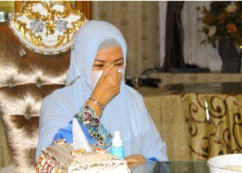 Perayaan Tumbilatohe di rumah jabatan Gubernur Gorontalo diawali dengan du'a moheupa zakati, yaitu prosesi doa yang dipimpin oleh seorang imam dilanjutkan dengan penyaluran zakat fitrah oleh Idah Syahidah (Foto – Rival)
