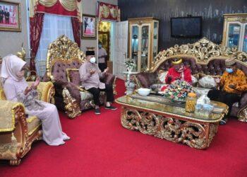 Wagub Gorontalo H. Idris Rahim (kedua kiri) bersama istri, mengikuti prosesi du'a moheupa zakati, yaitu doa bersama sebelum penyaluran zakat fitrah di rumah jabatan Wagub Gorontalo, Sabtu (8/5/2021). (Foto : Haris)
