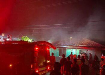 Petugas Mobil Pemadam Kebakaran (Damkar) Boalemo, saat berusaha memadamkan kobaran api di rumah milik salah seorang warga di Desa Piloliyanga, Kecamatan Tilamuta.  (01/01/2021). (Foto : Istimewa)