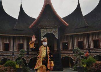 Menteri Pariwisata dan Ekonomi Kreatif (Menparekraf) Sandiaga Uno menggunakan pakaian adat Minang saat meninjau Rumah Gadang Koto Pilliang di Pusat Dokumentasi dan Informasi Kebudayaan Minangkabau (PDIKM), Padangpanjang. ANTARA FOTO