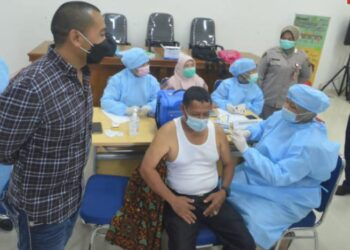 Pemberian vaksin gratis untuk lansia di Masjid Raya Sumatera Barat di Padang, Sabtu (24/4/202). Jadi upaya pencegahan penyebaran Covid-19. ANTARA FOTO/ Iggoy El Fitra