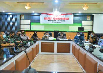 Pemerintah Daerah Kabupaten (Pemkab) Gorontalo lakukan rapat bersama jajaran Forum Komunikasi Pimpinan Daerah (Forkopimda)