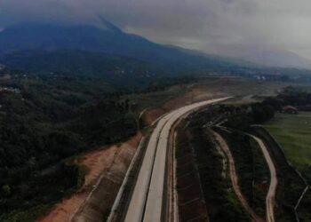 Foto udara proyek tol Cileunyi-Sumedang-Dawuan (Cisumdawu) di Jatinangor, Kabupaten Sumedang, Jawa Barat, Senin (3/5/2021). ANTARA FOTO/Raisan Al Farisi