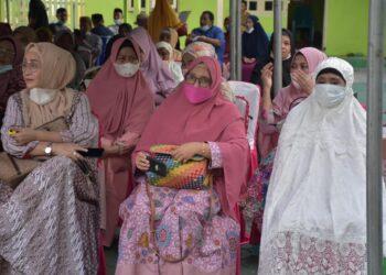 Maryati Yusuf (Kanan) saat mengadiri kegiatan safari Ramadan Pemda Pohuwato di Kecamatan Paguat. (Foto : Humas)