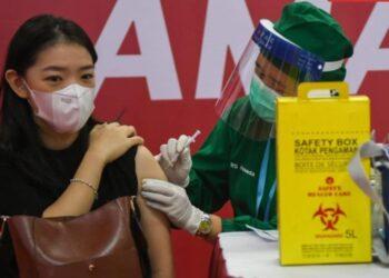 Petugas menyuntikkan vaksin COVID-19 kepada pelaku usaha di Thamrin City, Jakarta, Senin (3/5/2021). Upaya vaksinasi yang tengah dilakukan pemerintah akan menjadi kunci pemulihan ekonomi Indonesia. ANTARA FOTO/ Galih Pradipta