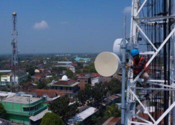 Seorang teknisi melakukan pemeliharaan perangkat BTS (Base Transceiver Station) milik XL Axiata di Kampung Setinggil, Bintoro, Kabupaten Demak, Jawa Tengah, Kamis (29/4/2021). ANTARA FOTO/Aji Styawan/wsj.