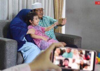Ilustrasi. Sebuah keluarga di Kota Pekanbaru, Provinsi Riau, melakukan silaturahmi secara virtual dengan keluarga di Kota Depok, Jawa Barat, saat Hari Raya Idul Fitri 1441. ANTARA FOTO/FB Anggoro