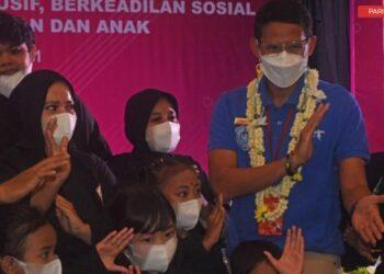 Menteri Pariwisata dan EKonomi Kreatif Sandiaga Uno (kedua kanan) bercengkrama dengan para pesilat saat menghadiri pertemuan dengan pengusaha hotel, restoran dan destinasi wisata Banten di Serang, Selasa (6/4/2021).  ANTARA FOTO/ Asep Fathurahman