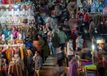 Sejumlah warga memadati Blok B Pusat Grosir Pasar Tanah Abang untuk berbelanja pakaian lebaran di Jakarta Pusat, Minggu (2/5/2021). ANTARA FOTO/ Aditya Pradana Putra